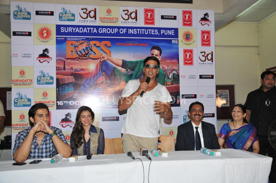 13oct AkshayBOSS Suryadutta02 Akshay Kumar visits Suryadatta Institute to promote his movie BOSS