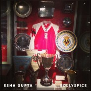 13oct EshaGupta Arsenal07 185x185 Esha Gupta enjoys London and turns photographer for a day!