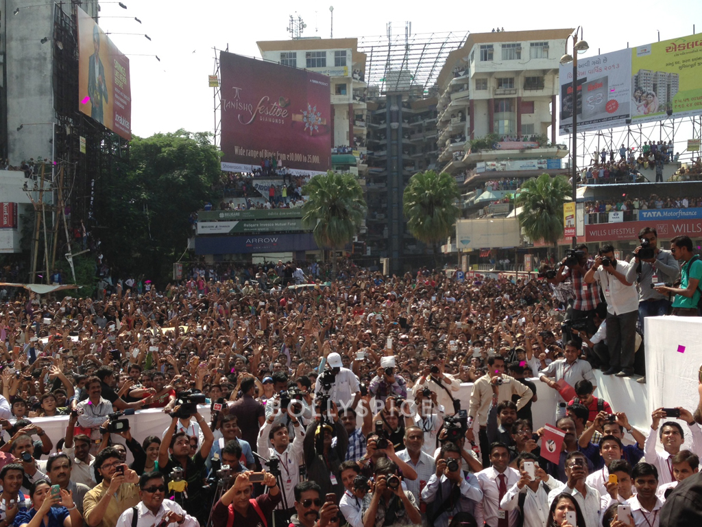 13oct Hrithik Krrish3 Baroda01 Hrithik Roshans gargantuan welcome in Baroda