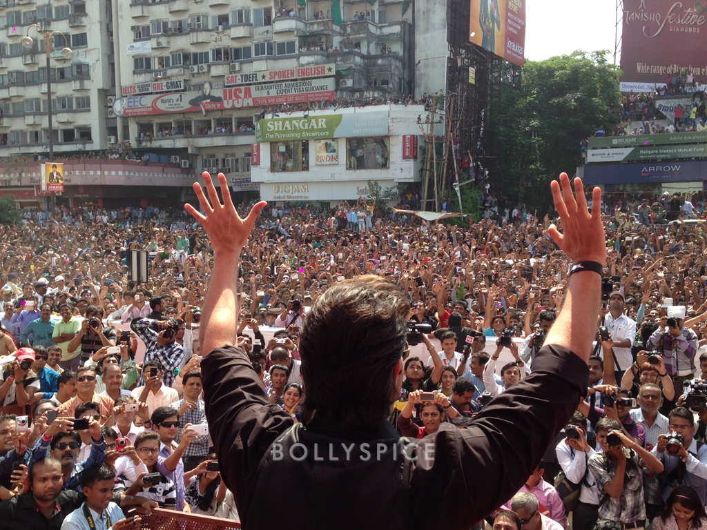 13oct Hrithik Krrish3 Baroda03 Hrithik Roshans gargantuan welcome in Baroda