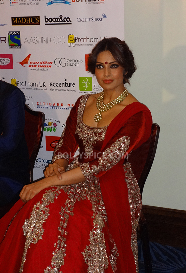 13oct Manish Bipasha Esha03 Manish Malhotra celebrated 100 years of Indian Cinema at the ARTiculate Pratham Ball 2013