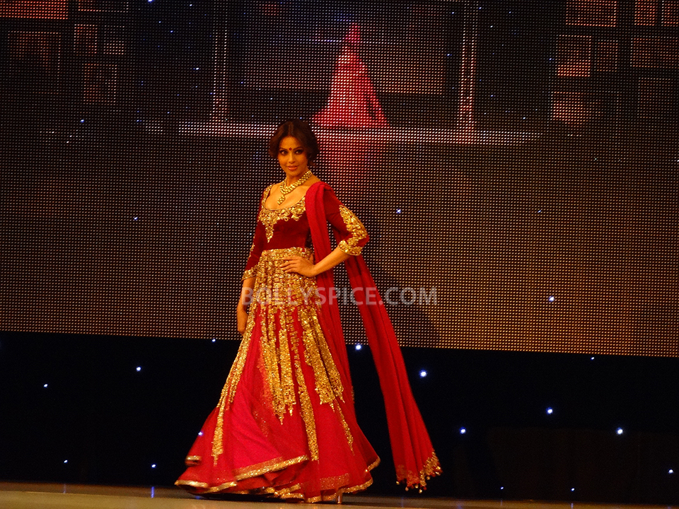 13oct Manish Bipasha Esha05 Manish Malhotra celebrated 100 years of Indian Cinema at the ARTiculate Pratham Ball 2013