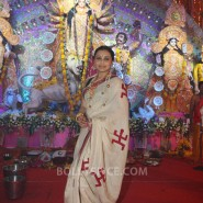 13oct Rani Bhog03 185x185 IN PICTURES: Rani Mukerji and Kajol serves bhog at North Bombay Sarbojanin Durga Puja