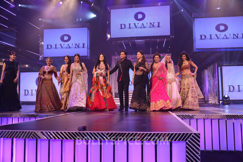 13oct YRFDivani02 Divani Launch: Shahrukh walks the ramp with Yash Chopra's heroines!