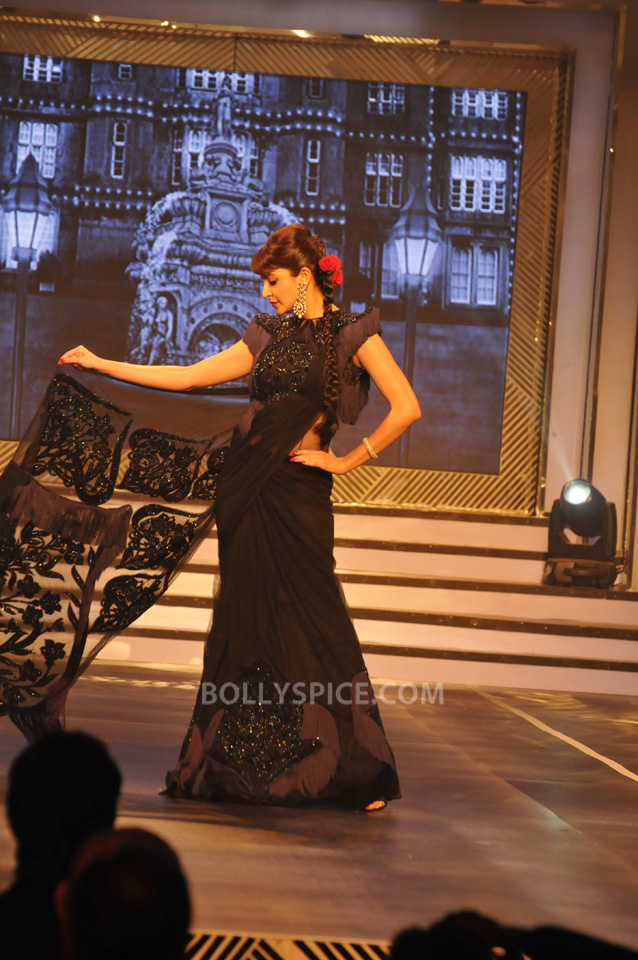13oct YRFDivani03 Divani Launch: Shahrukh walks the ramp with Yash Chopra's heroines!