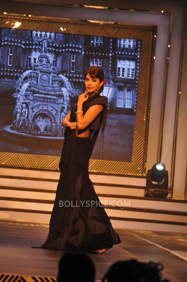 13oct YRFDivani04 Divani Launch: Shahrukh walks the ramp with Yash Chopra's heroines!