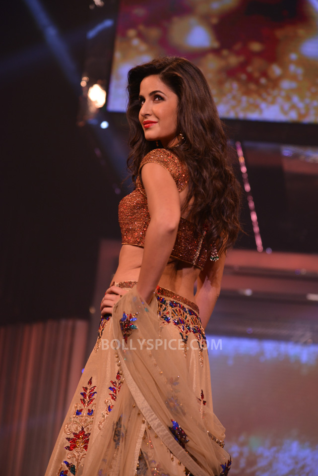 13oct YRFDivani07 Divani Launch: Shahrukh walks the ramp with Yash Chopra's heroines!