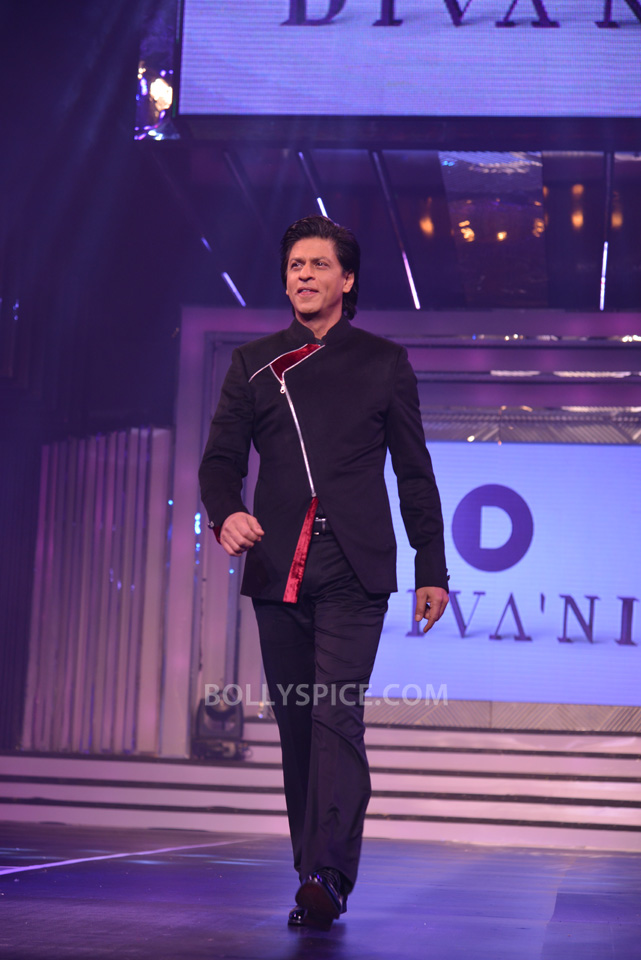 13oct YRFDivani19 Divani Launch: Shahrukh walks the ramp with Yash Chopra's heroines!