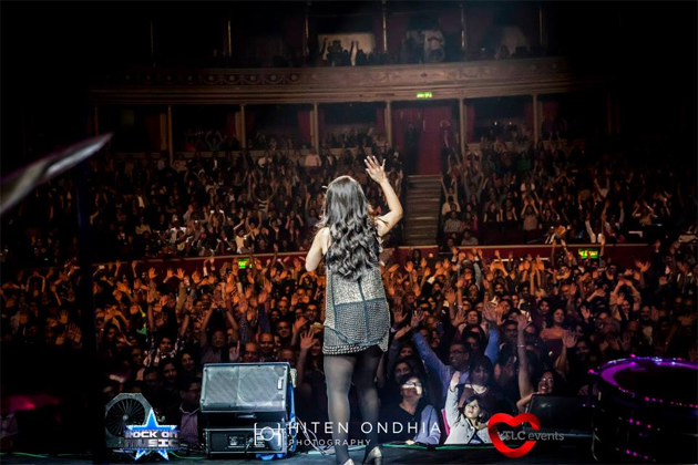 13sep sunidhiconcert 03 BollySpice Review: Sunidhi Chauhan creates history at Royal Albert Hall with a spellbinding concert!