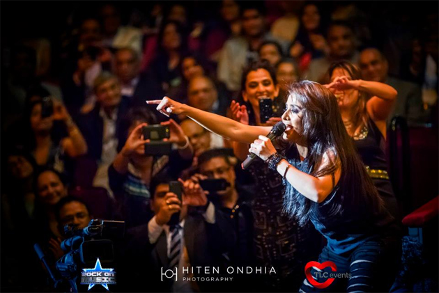 13sep sunidhiconcert 05 BollySpice Review: Sunidhi Chauhan creates history at Royal Albert Hall with a spellbinding concert!