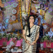 Kajol at North Bombay Sarbojanin Durga Puja3 185x185 IN PICTURES: Rani Mukerji and Kajol serves bhog at North Bombay Sarbojanin Durga Puja