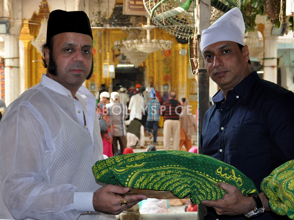 13nov Bhandharkar AjmerSharif01 Director Madhur Bhandarkar visits Ajmer Sharif Dargah before starting his next project