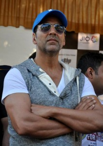 13dec AkshayRoadSafety00 212x300 Akshay Kumar promotes Road Safety at Mumbai Motorcycle Rally