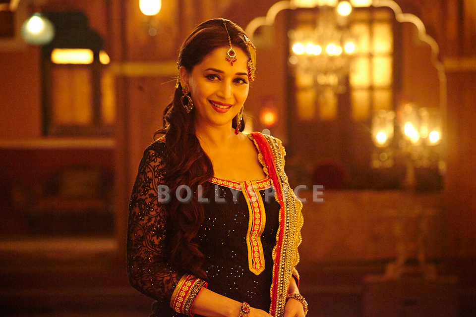 13dec HamariAtariya DedhIshqiya01 Beautiful Madhuri in Dedh Ishqiyas new song Hamari Atariya