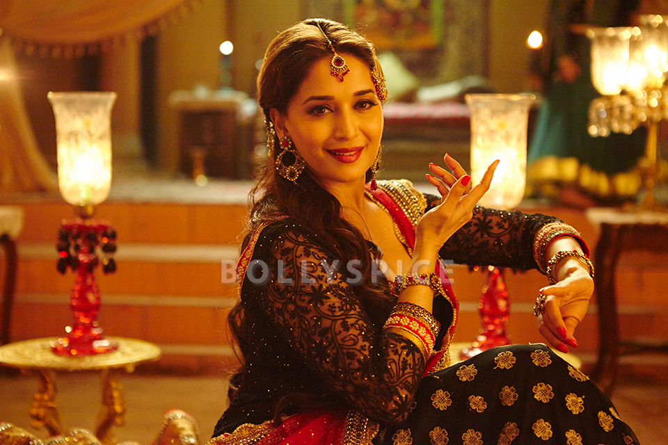 13dec HamariAtariya DedhIshqiya02 Beautiful Madhuri in Dedh Ishqiyas new song Hamari Atariya