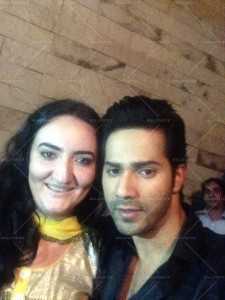 14jan Varun UkraineFan 225x300 Varun Dhawan meets fan from Ukraine