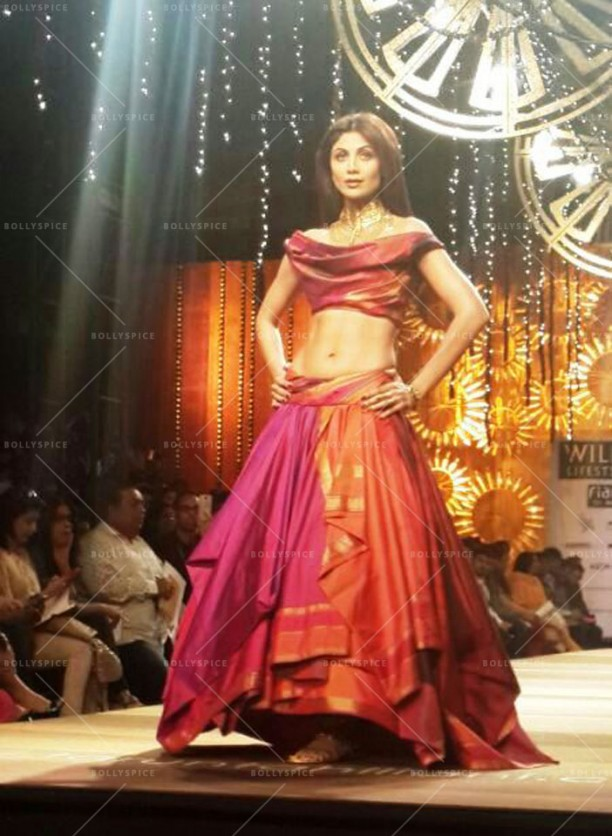 14mar ShilpaShettyWLIFW06 612x836 Shilpa Shetty dazzles for Dishkiyaoon at Wills Lifestyle India Fashion Week