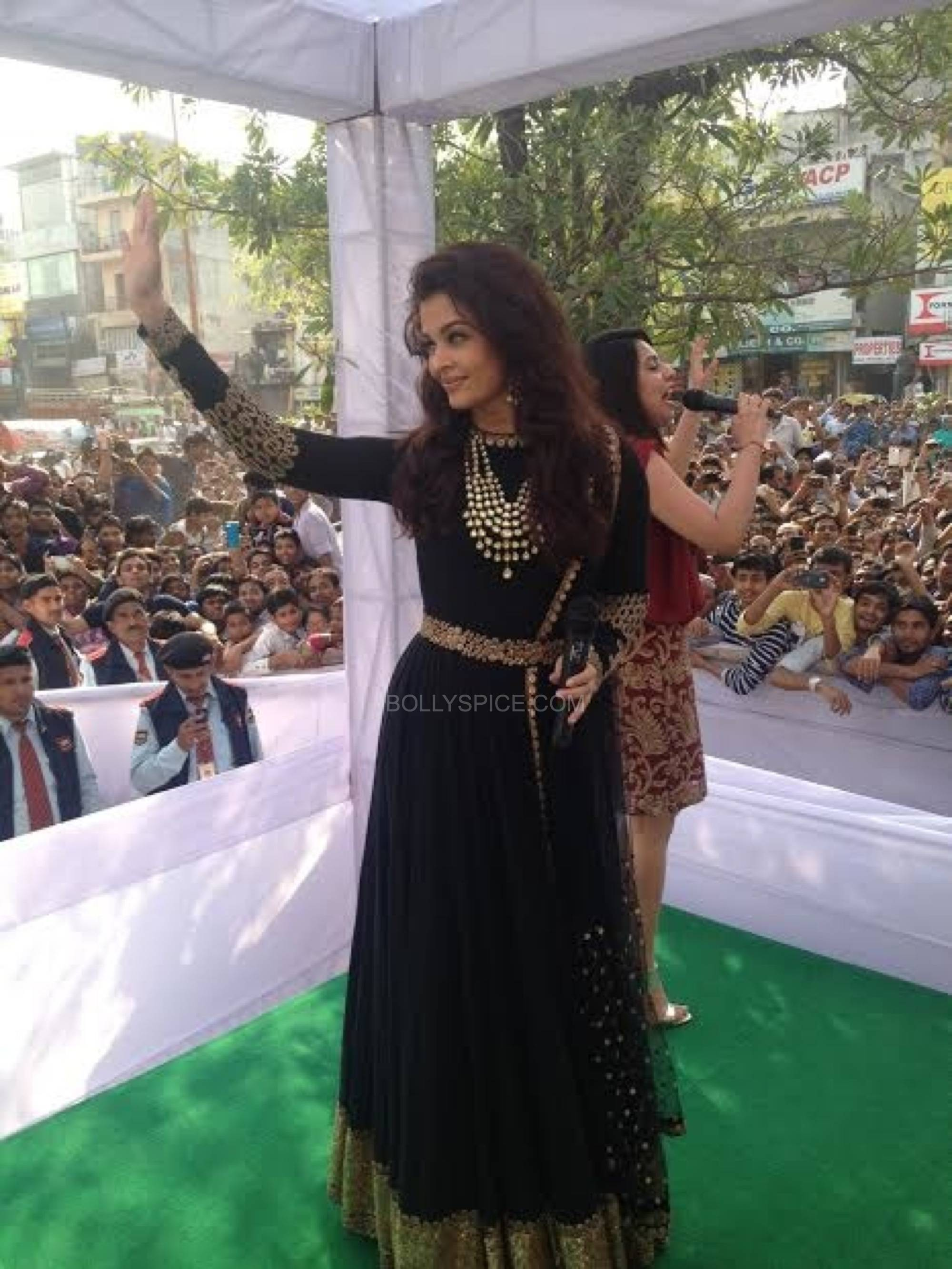 aishwarya rai bachchan looking gorgeous for kalyan jewellers launch