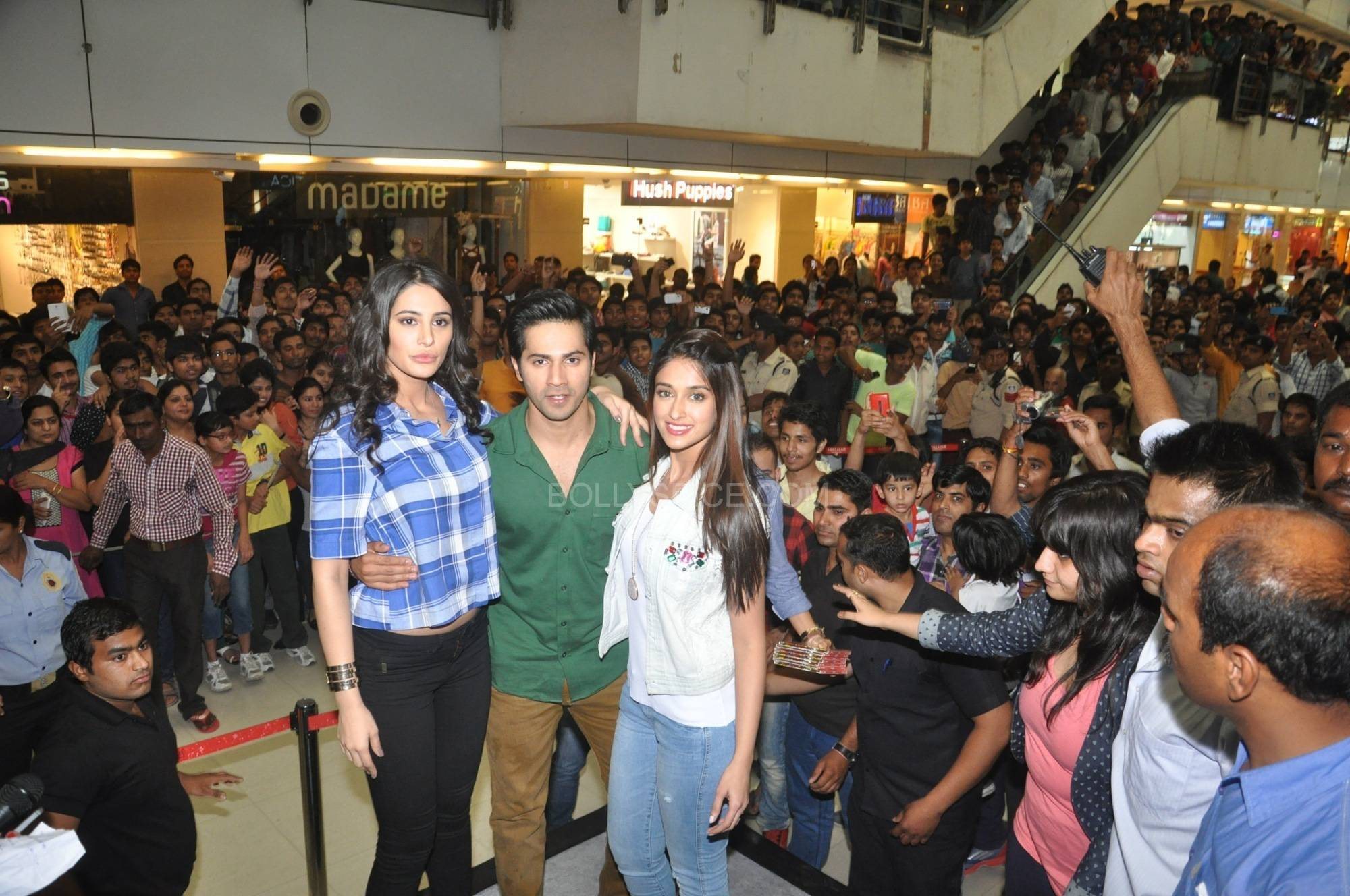 Nargis Fakri Varun Dhawan and Ileana Dcruz at C21 Mall in Indore 1 Varun Dhawan, Ileana D'cruz and Nargis Fakri promote Main Tera Hero in Indore!