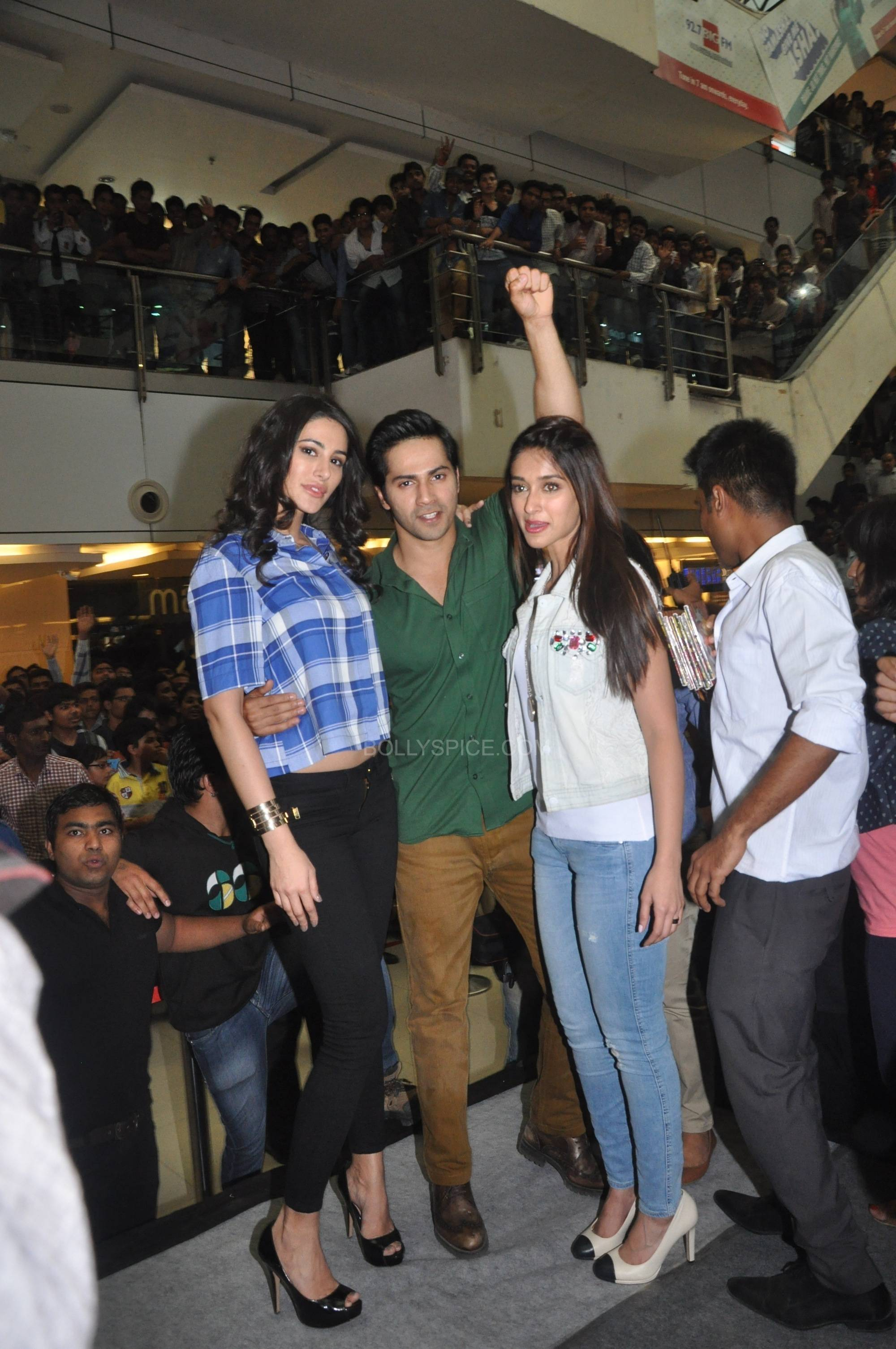 Nargis Fakri Varun Dhawan and Ileana Dcruz at C21 Mall in Indore Varun Dhawan, Ileana D'cruz and Nargis Fakri promote Main Tera Hero in Indore!