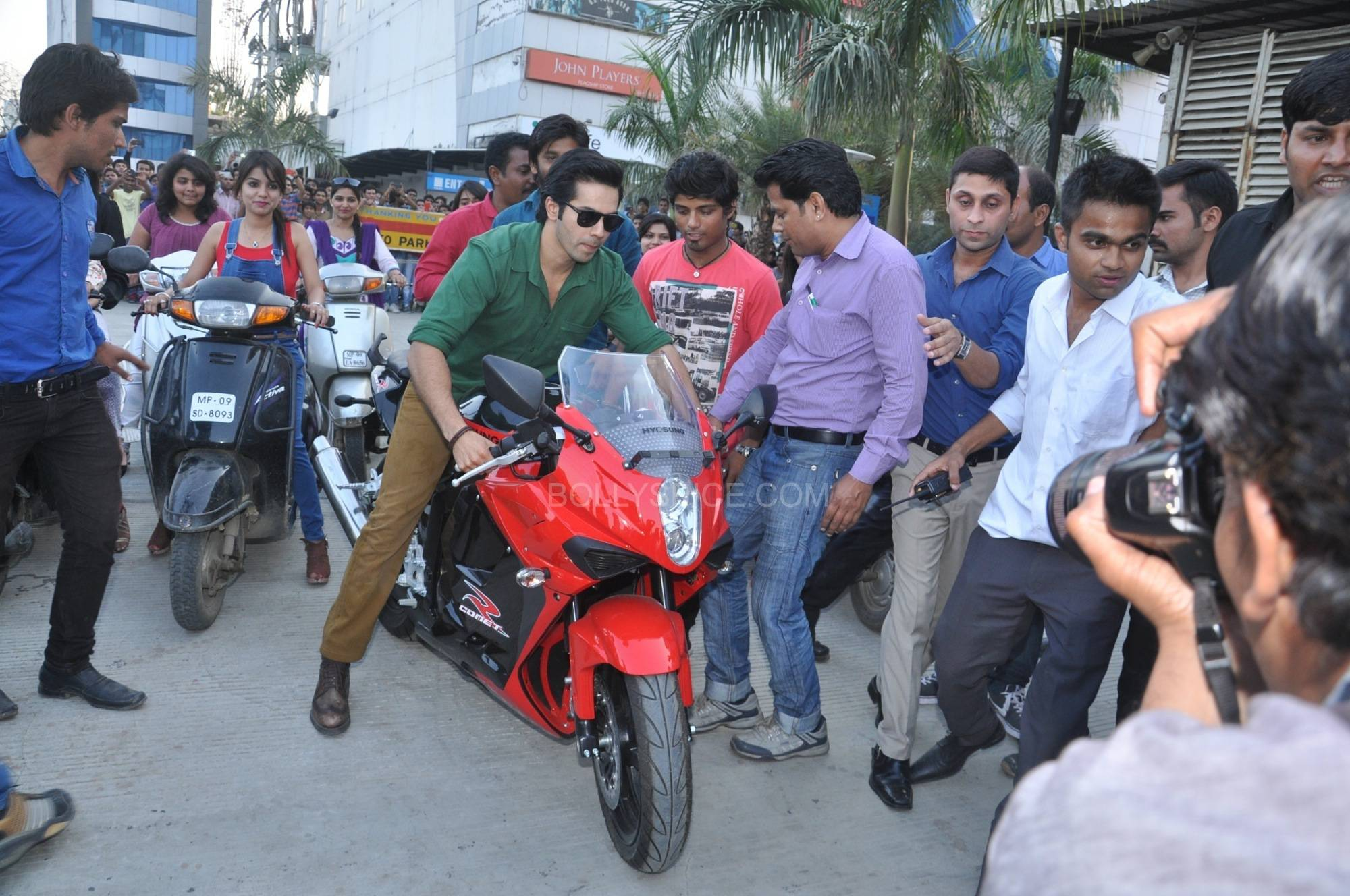 Varun Dhawan at the bike rally Varun Dhawan, Ileana D'cruz and Nargis Fakri promote Main Tera Hero in Indore!