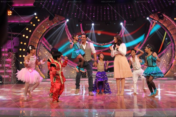 14apr HolidayDID04 612x408 Akshay and Sonakshi promote HOLIDAY on Zee Tvs Dance India Dance
