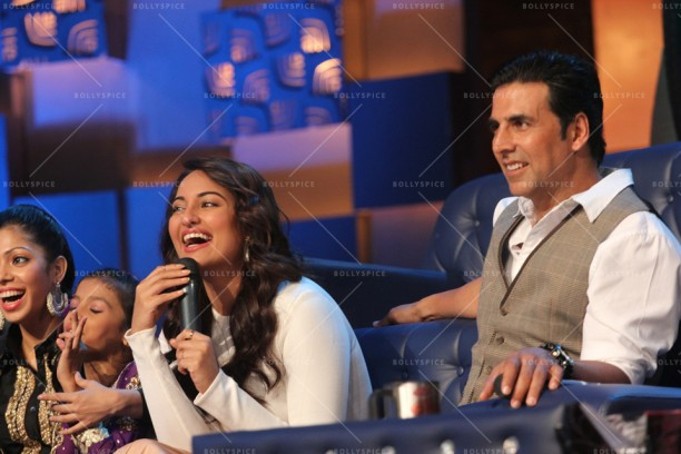 14apr HolidayDID05 612x408 Akshay and Sonakshi promote HOLIDAY on Zee Tvs Dance India Dance