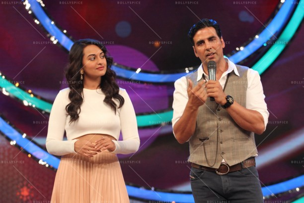 14apr HolidayDID08 612x408 Akshay and Sonakshi promote HOLIDAY on Zee Tvs Dance India Dance