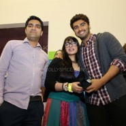 Arjun Kapoor with contest winners 185x185 Alia Bhatt, Arjun Kapoor and Chetan Bhagat at Cineworld For 2 States