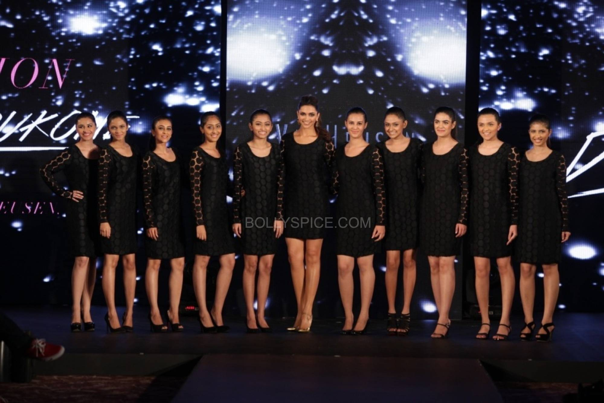deepikapadukonefanfadhionshow4 Deepika Padukones Fans Fashion Show for Van Heusen