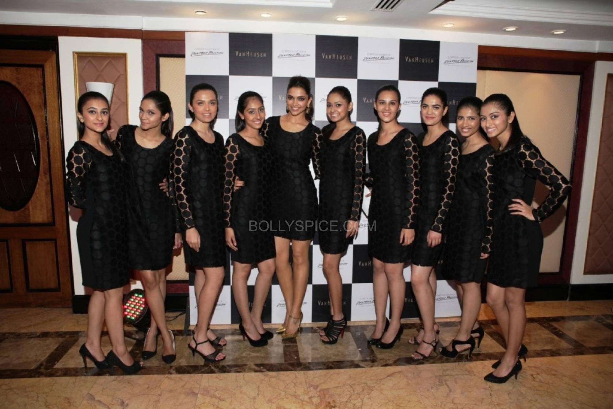 deepikapadukonefanfadhionshow5 Deepika Padukones Fans Fashion Show for Van Heusen