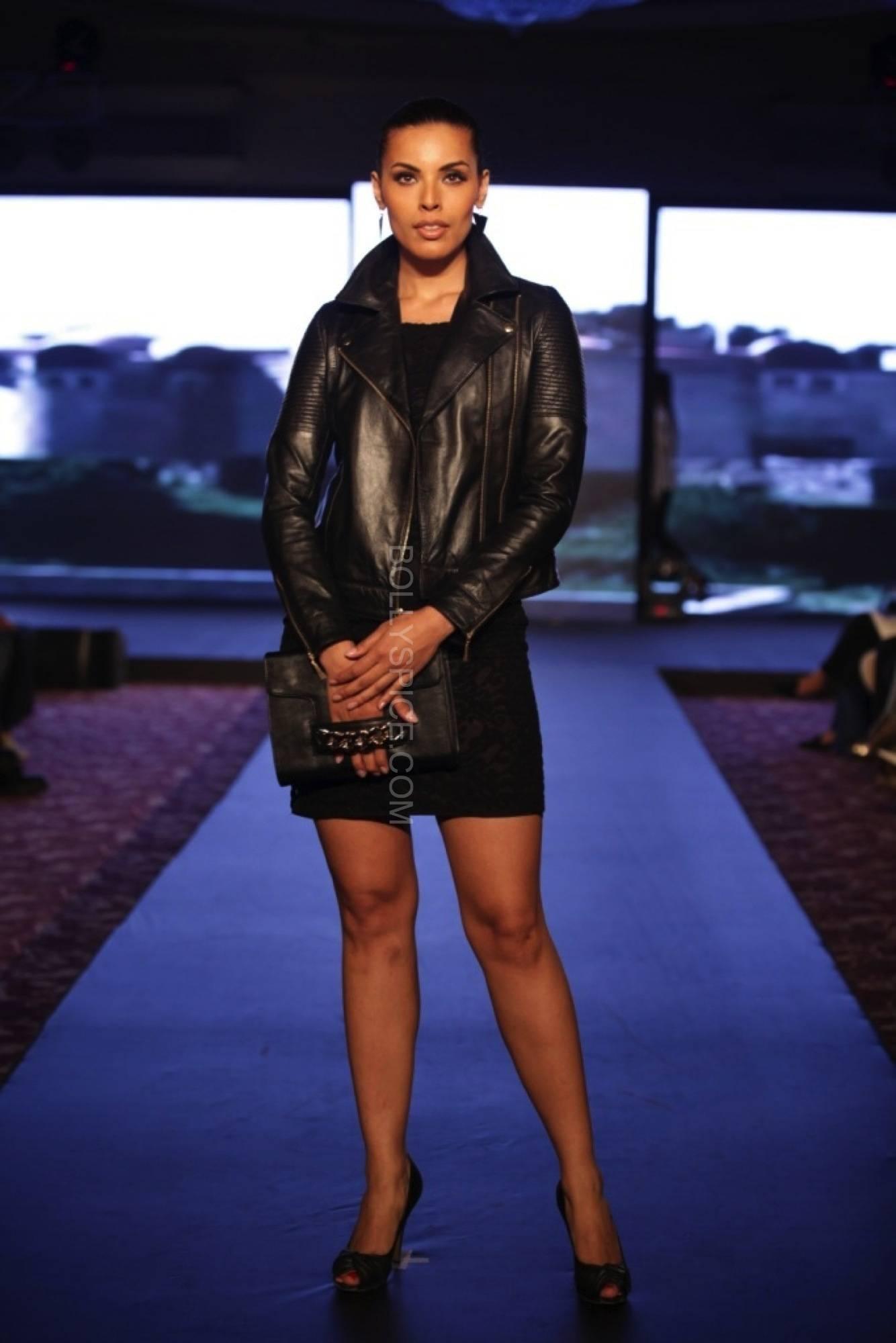 deepikapadukonefanfadhionshow7 Deepika Padukones Fans Fashion Show for Van Heusen