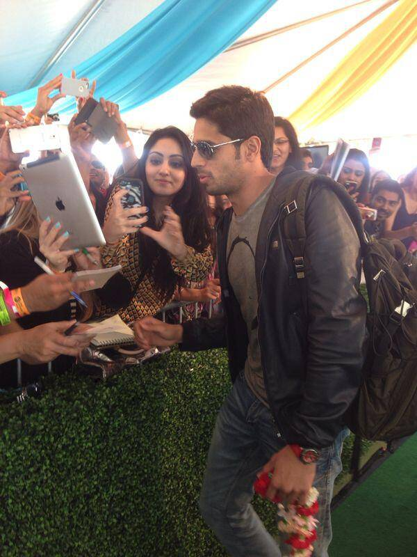 iifaday3arrivals9 In Pictures: Hrithik, Madhuri and Siddharth arrive for IIFA in Tampa   Updated With MORE