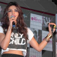 14may PriyankaSingleLaunchMumbai15 185x185 Priyanka Chopra Launches 'I Can't Make You Love Me' with Nokia MixRadio in Mumbai!