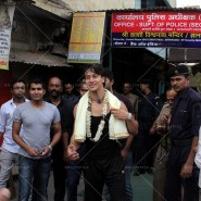 14may TigerShroffVaranasiHeropanti01 185x185 Tiger Shroff performs pooja at Kashi Vishwanath temple