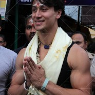 14may TigerShroffVaranasiHeropanti02 185x185 Tiger Shroff performs pooja at Kashi Vishwanath temple