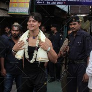 14may TigerShroffVaranasiHeropanti03 185x185 Tiger Shroff performs pooja at Kashi Vishwanath temple