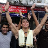 14may TigerShroffVaranasiHeropanti04 185x185 Tiger Shroff performs pooja at Kashi Vishwanath temple