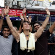 14may TigerShroffVaranasiHeropanti05 185x185 Tiger Shroff performs pooja at Kashi Vishwanath temple