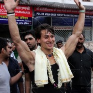 14may TigerShroffVaranasiHeropanti06 185x185 Tiger Shroff performs pooja at Kashi Vishwanath temple