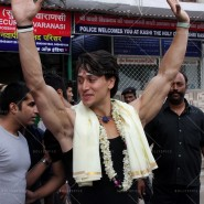 14may TigerShroffVaranasiHeropanti07 185x185 Tiger Shroff performs pooja at Kashi Vishwanath temple
