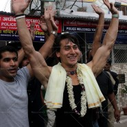 14may TigerShroffVaranasiHeropanti08 185x185 Tiger Shroff performs pooja at Kashi Vishwanath temple