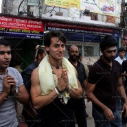 14may TigerShroffVaranasiHeropanti10 185x185 Tiger Shroff performs pooja at Kashi Vishwanath temple