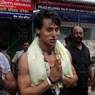 14may TigerShroffVaranasiHeropanti11 185x185 Tiger Shroff performs pooja at Kashi Vishwanath temple