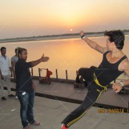 14may TigerShroffVaranasiHeropanti19 185x185 Tiger Shroff performs pooja at Kashi Vishwanath temple