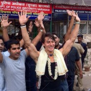 14may TigerShroffVaranasiHeropanti25 185x185 Tiger Shroff performs pooja at Kashi Vishwanath temple