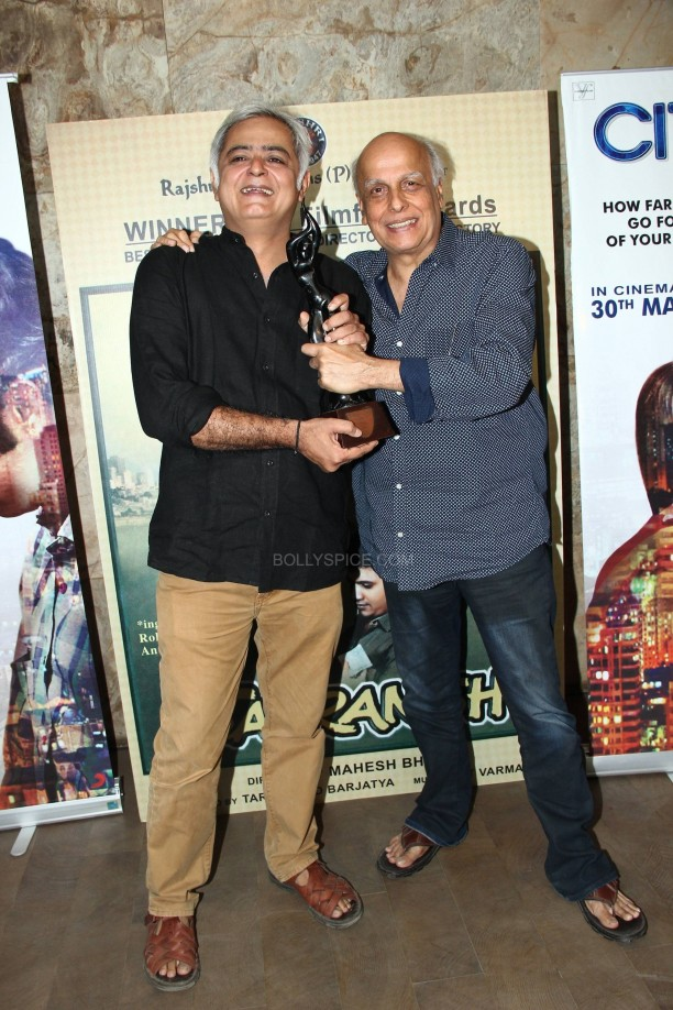 Mahesh Bhatt hands over the award to Hansal Mehta 1 612x918 Vidya Balan moved by Citylights!