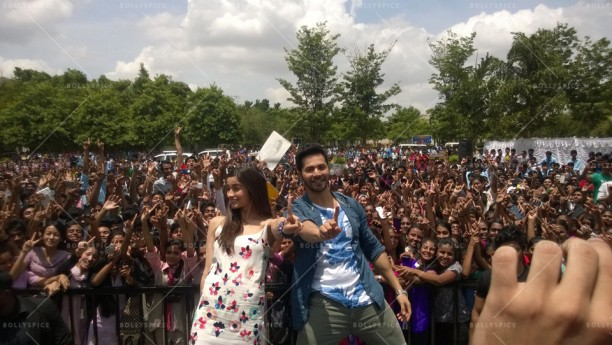 14jul HSKD BangaloreSelfies01 612x345 Varun and Alia crowd selfies in Bangalore