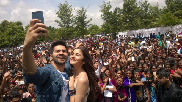 14jul HSKD BangaloreSelfies05 612x345 Varun and Alia crowd selfies in Bangalore