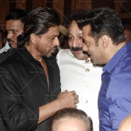 14jul SalmanSRKIftar2Hug02 185x185 SRK, Salman and other stars at Siddiqui Iftaar Party